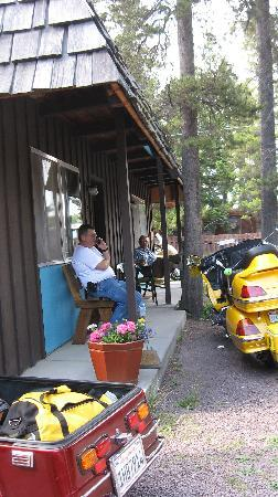 Mountain Pine Motel: On the porch with friends