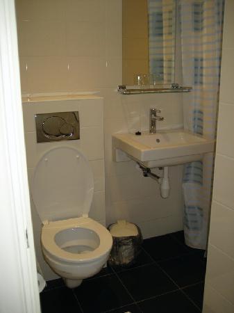 Sipermann Hotel: Our tiny, but effective, en-suite toilet