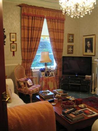 Colindale Guest House: Barry's sofa and telly in the lounge room