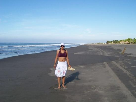 Puerto Arista, Μεξικό: My wife at the beach in front of the Hotel