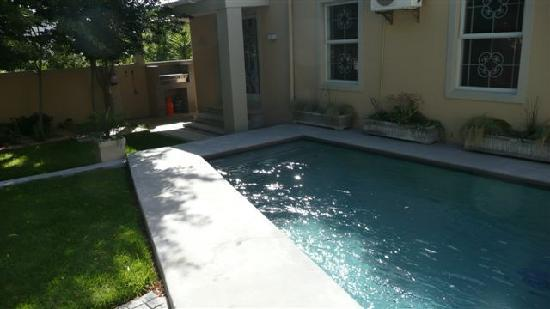 Kruger House Guest Cottages: The sunny pool and braai area