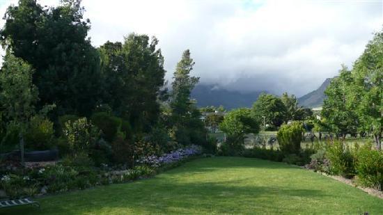 Kruger House Guest Cottages: Garden