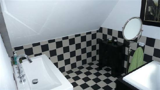 Kruger House Guest Cottages: master bathroom