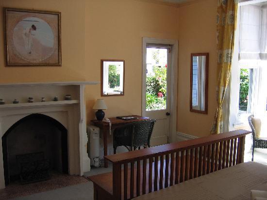 Orari Bed & Breakfast: A room downstairs