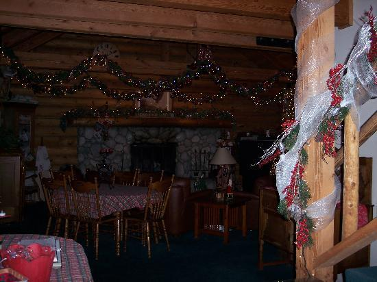 Eagle's Nest Bed and Breakfast Lodge: Christmas Decor in Common Area