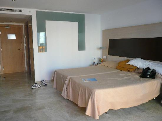 Dynastic Hotel : Our spacious bedroom