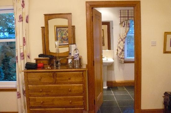 Arden Country House: Looking towards the bathroom