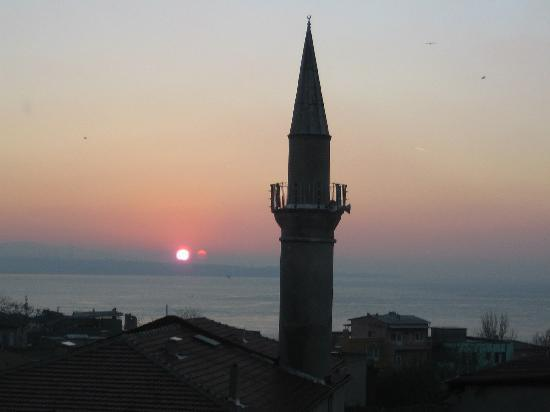 Dersaadet Hotel Istanbul: rising sun from the room