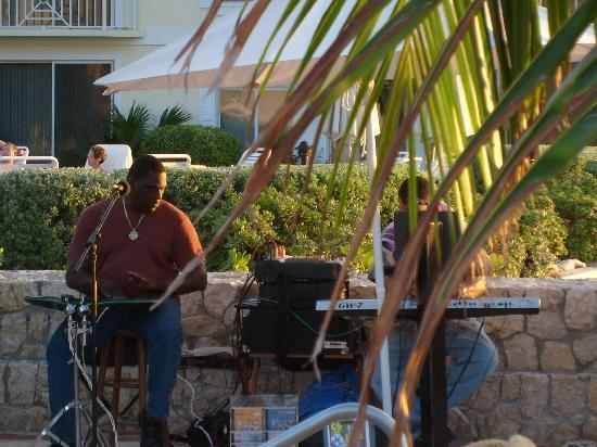 Plantation Village Beach Resort: Caribbean music at Tuesday night reception