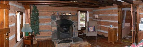 Pilot Knob Inn: Wide view inside cabin 0