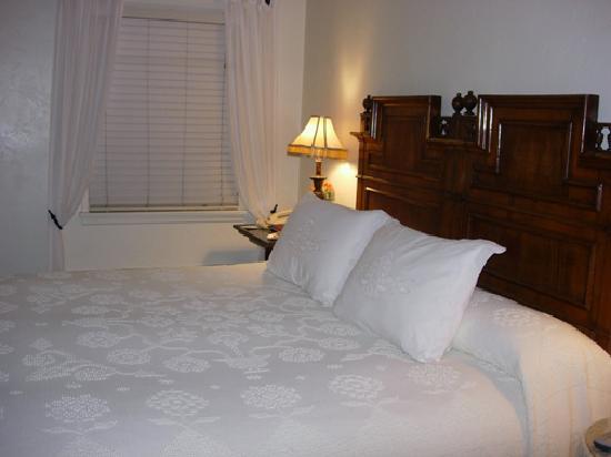 Casa Laguna Hotel & Spa: King Bed in Room 115