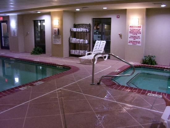 Holiday Inn Express Louisville: Spacious indoor pool & jacuzzi