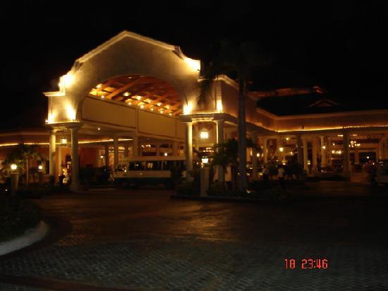 Grand Bahia Principe Bavaro: entrada al hotel