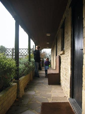Merrymouth Inn: Walkway in front of the rooms