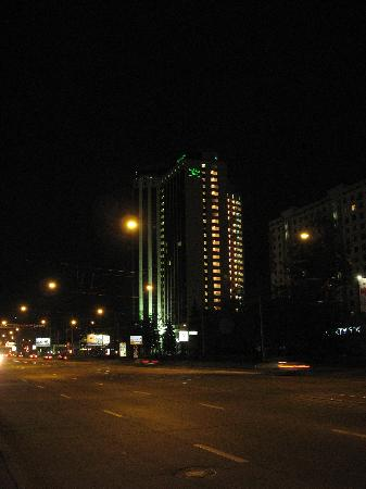 Holiday Inn Moscow Sokolniki : Holiday Inn at night