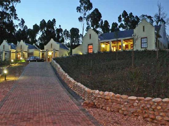 Langeberg Guest Lodge: The lodge at dusk