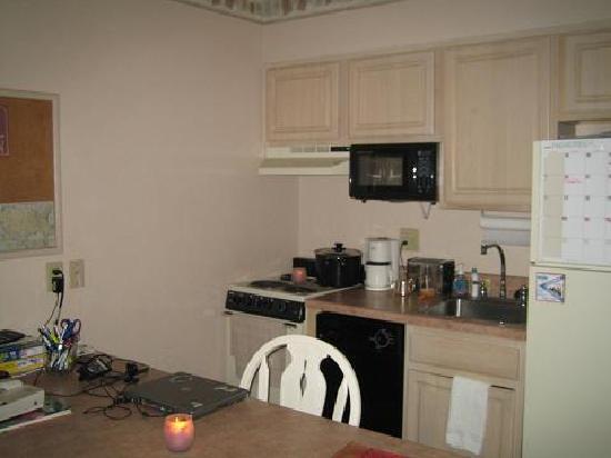 MainStay Suites : kitchen