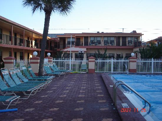 Sails Resort and Apartment Motel: Pool Deck area