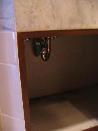 Allamanda Laguna Phuket: Uner the Bathroom sink where Mosquitos were breeding