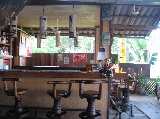 Hollanda Montri Guesthouse: The bar :-)