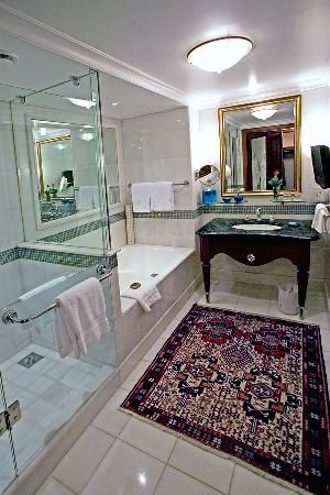 Four Seasons Hotel Istanbul at Sultanahmet: The bath has a both tub and shower and a toilet closet.