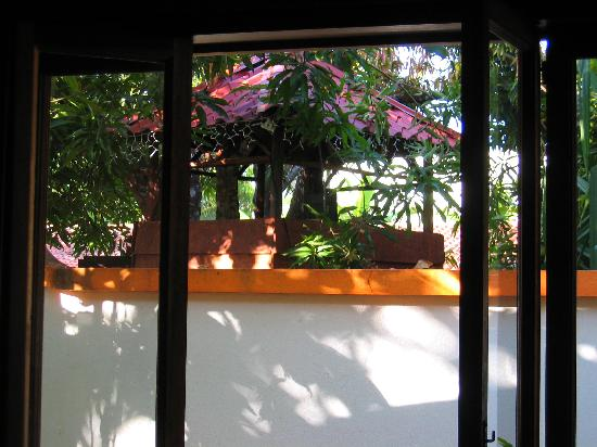 Villas Kalimba: The treehouse has a full view of the kitcen and outdoor dining