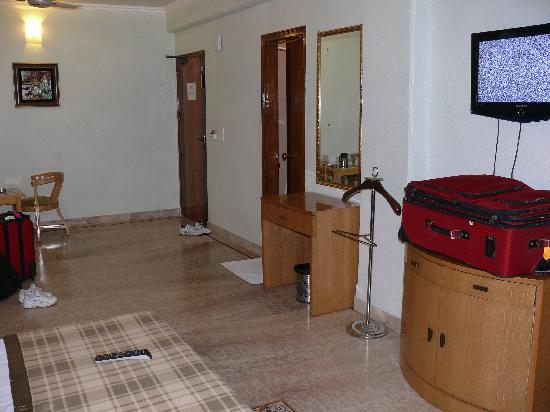 Hotel Singh Sahib : 1st floor suite looking towards door