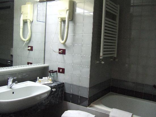 Maxim Hotel: bathroom