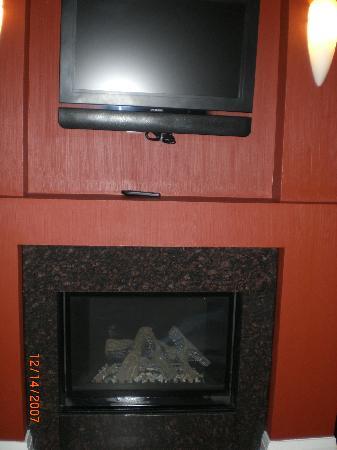 Sterling Inn & Spa: Fireplace and flatscreen LCD HDTV