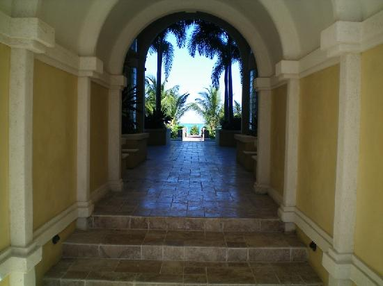 Villa Renaissance: Hallway to the beach