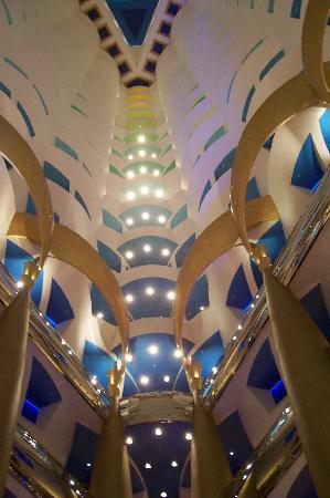 Burj Al Arab Jumeirah: Burj Al Arab's beautiful Atrium in the dark evening!