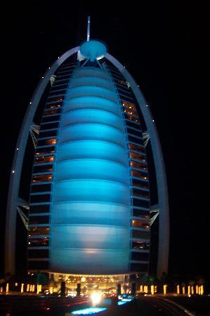 Burj Al Arab Jumeirah: Blue! Change of color outside Burj Al Arab!