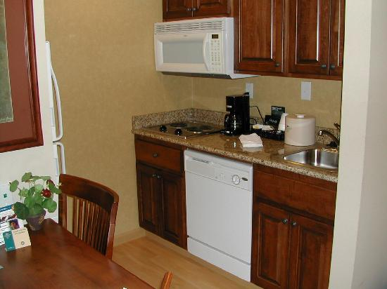Homewood Suites by Hilton Fargo: Kitchenette