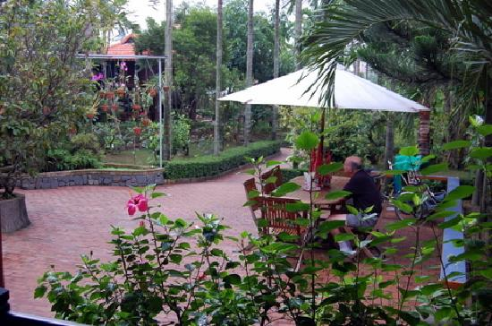 Betel Garden Villas: Breakfast and dining area in garden
