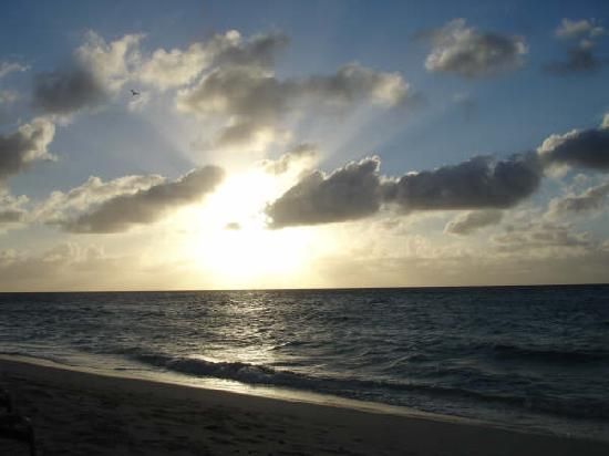 7 Mile Beach Resort and Club: Sunset on Seven Mile Beach