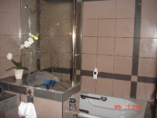 Asam Stadthotel: Large tub/bathroom