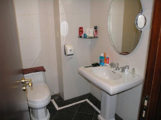 โรงแรมแอลเค เมโทรโปล: Toilet in standard room