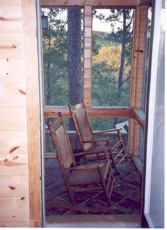 The River's Edge Cottages: Screened-in porch