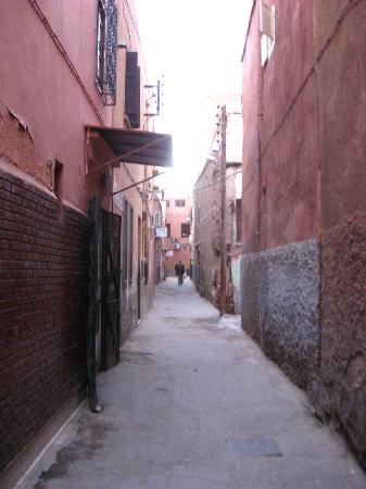 Riad Hotel Essaouira: road you go down in order to reach hotel