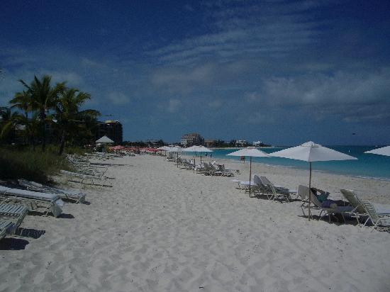 Grace Bay Club : The beach, looking east