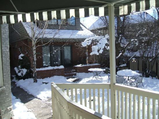 Inn at 410 Bed and Breakfast: snow in the garden