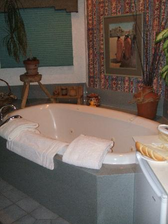 Inn at 410 Bed and Breakfast: 2 person jacuzzi tub...mmmmm...