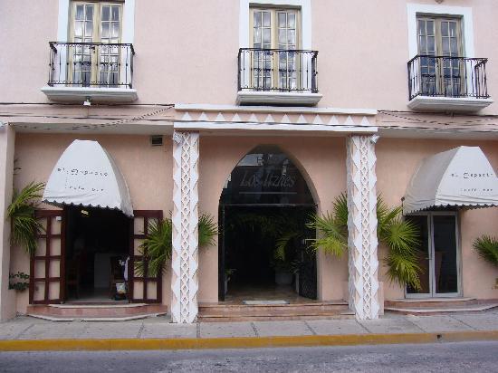 Los Itzaes Hotel : facade