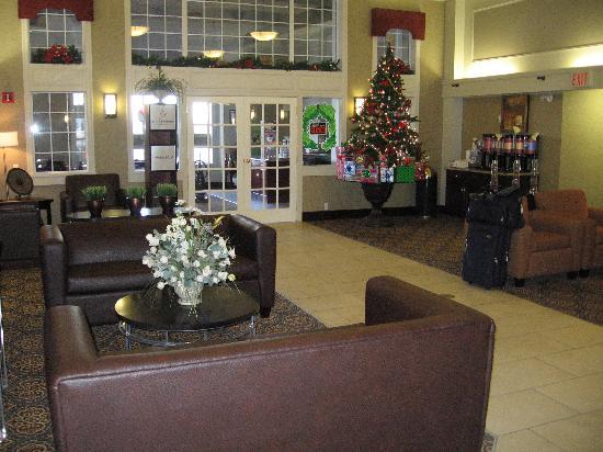 Hampton Inn & Suites by Hilton Calgary-Airport: Hampton Inn lobby with breakfast area in background