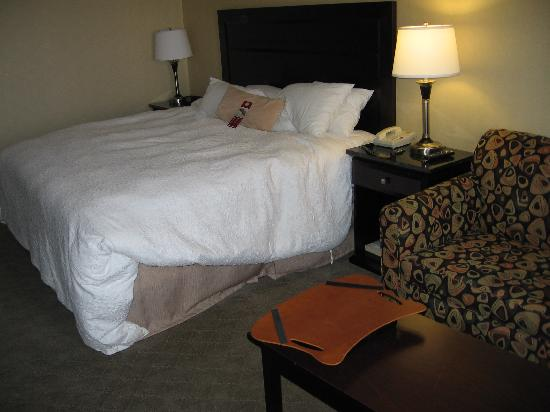 Hampton Inn & Suites by Hilton Calgary-Airport: Dreamy bed and linens; note reading stand on coffee table