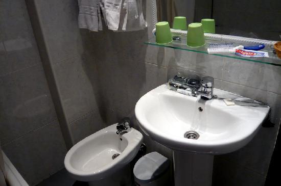 Victoria Hostal Malaga: Bathroom