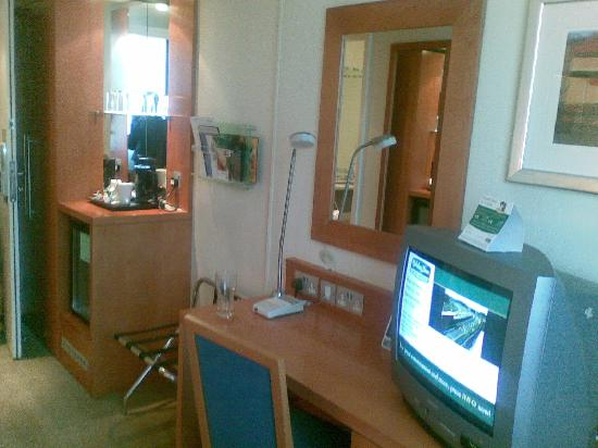 Holiday Inn High Wycombe M40, Jct.4: Desk and closet