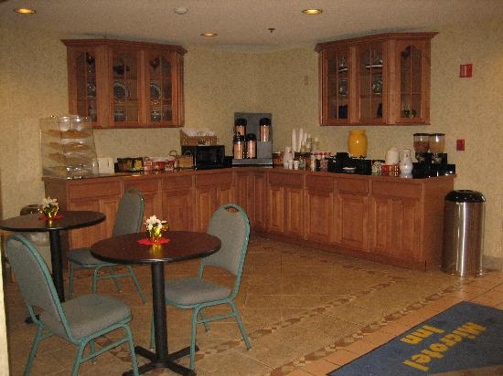 Microtel Inn by Wyndham Albany Airport: Microtel Inn Latham, NY - Breakfast corner