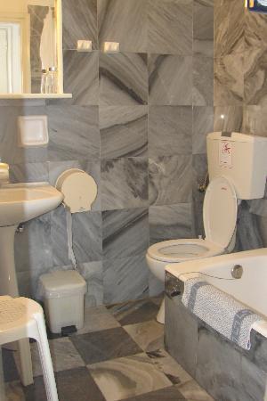 Mykonos Bay Hotel: la salle de bain, en marbre...