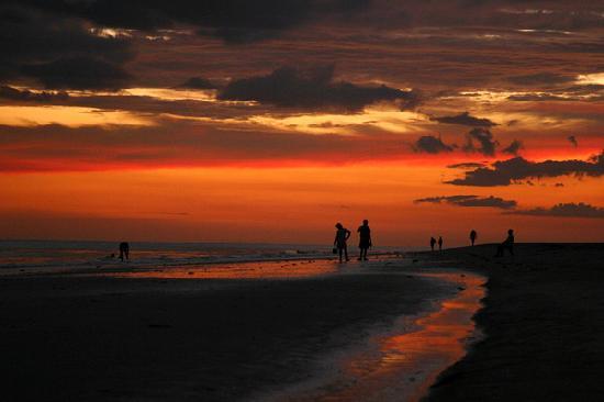 Waterside Inn on the Beach : Great sunsets